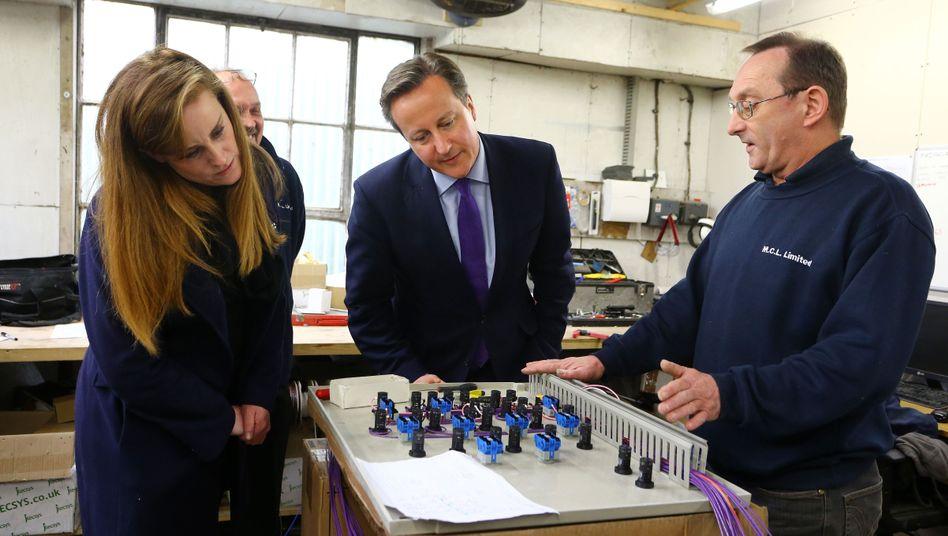 Premierminister Cameron (M.) und Kandidatin Kelly Tolhurst (l.) bei einem Wahlkampftermin in Rochester: Undenkbares Szenario