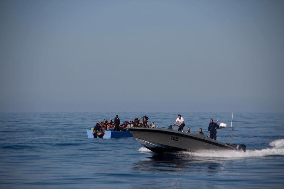 Geschäft mit den Migranten: Das libysche Schnellboot behindert die Rettung