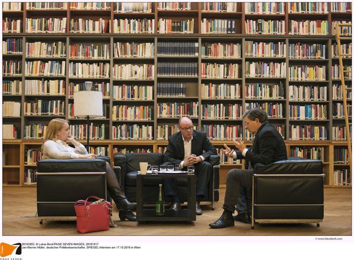 Müller beim SPIEGEL-Gespräch mit den Redakteuren Melanie Amann und Michael Sauga in Wien