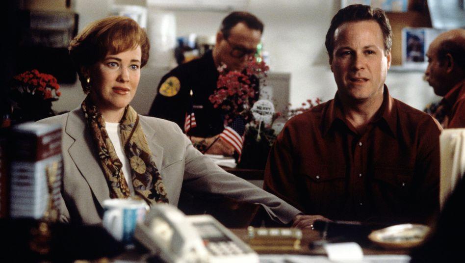 """John Heard als Vater von Kevin in """"Kevin allein zu Haus"""" mit Schauspielerin Catherine O'Hara"""
