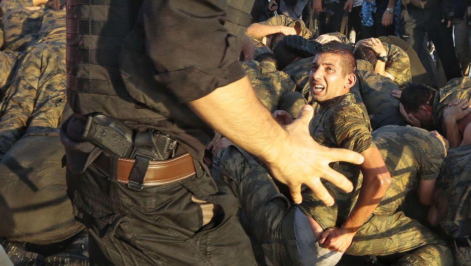 Soldaten auf der Bosporus-Brücke in Istanbul nach dem gescheiterten Putsch am 16. Juli