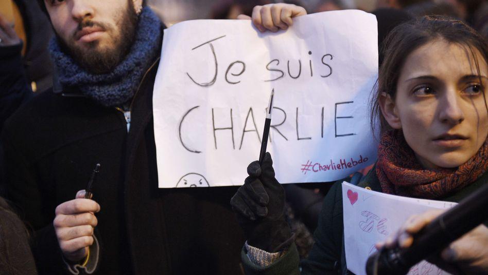 """Trauer in Paris: Pärchen mit """"Charlie Hebdo""""-Solidaritätsplakat"""
