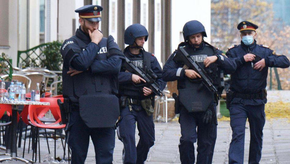 Bewaffnete Polizisten in Wien: Was lief vor dem Anschlag bei den Behörden schief?