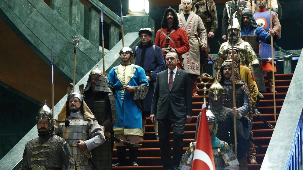 Türkei: Netz spottet über Erdogans Trachtenshow