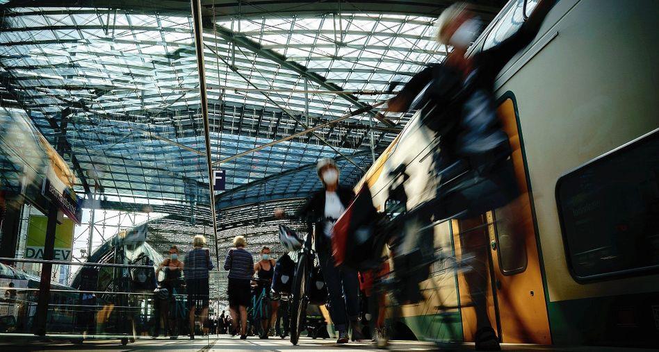 Fahrgäste am Hauptbahnhof Berlin