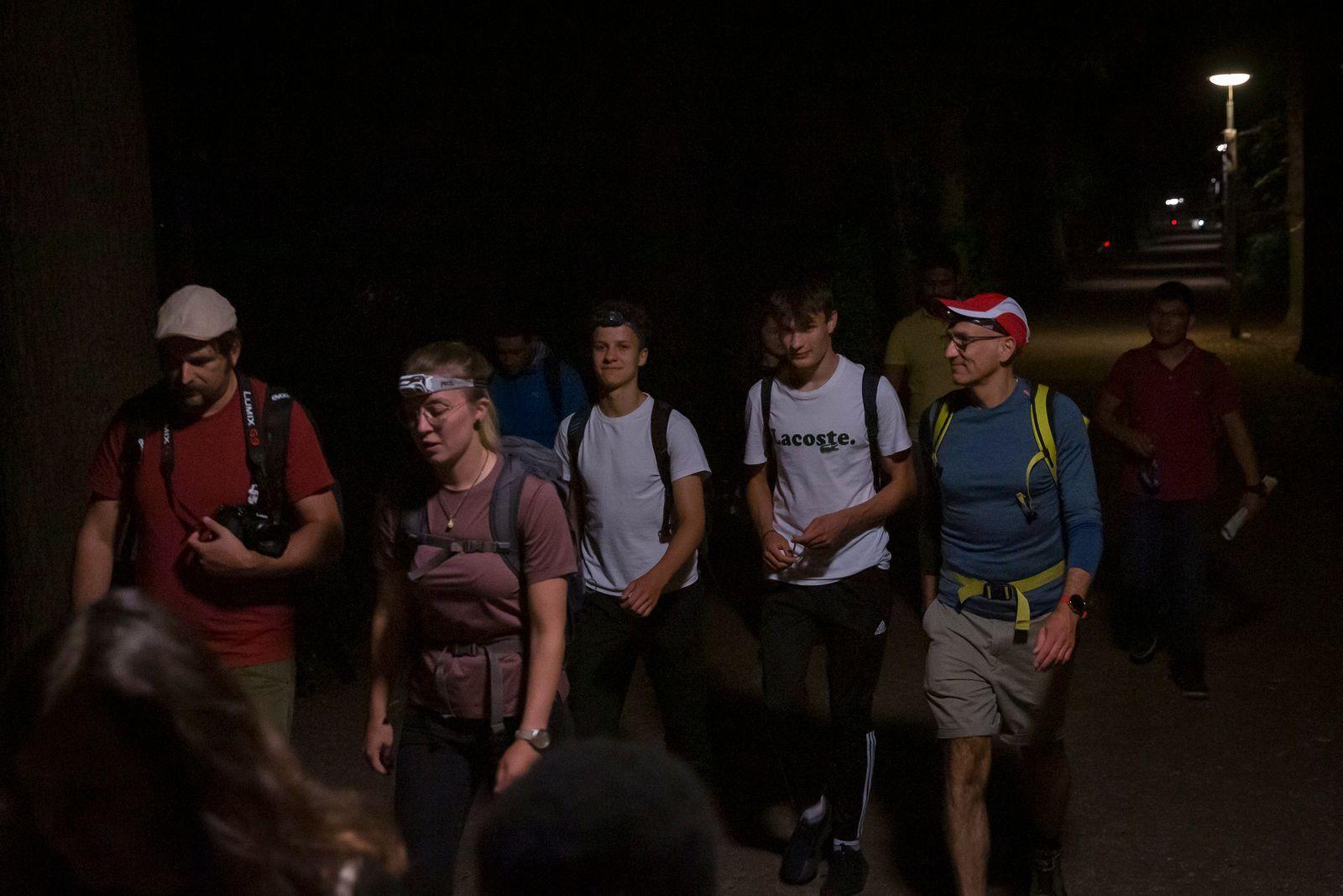 """""""Into the light"""", Nachtwanderung mit Geflüchteten von München nach Wolfratshausen"""