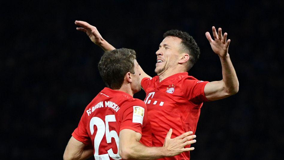 Thomas Müller (l.) und Ivan Perisic führten den FC Bayern zum Sieg in Berlin