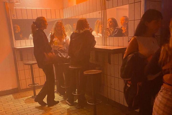 Junge Frauen im Bakken: Nach zwei Stunden schwankt die Stimmung zwischen Fluchtreflex und noch mehr Tuborg-Pils