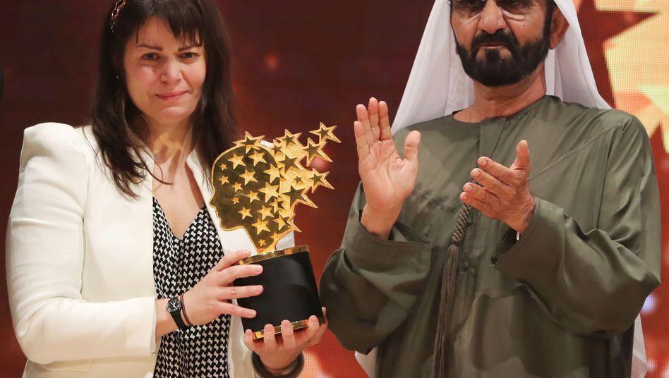 Maggie MacDonnell mit Scheich Mohammed Bin Raschid Al Maktum bei der Preisverleihung in Dubai
