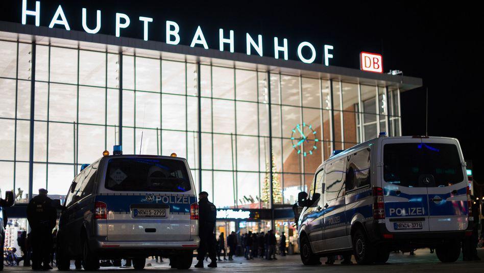 Polizisten vor dem Kölner Hauptbahnhof: Zu wenig Personal für wirksame Strafverfolgung?
