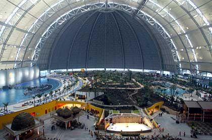 Spielzeugwelt mit Musicalbühne: Tropical Island in der Cargolifter-Halle