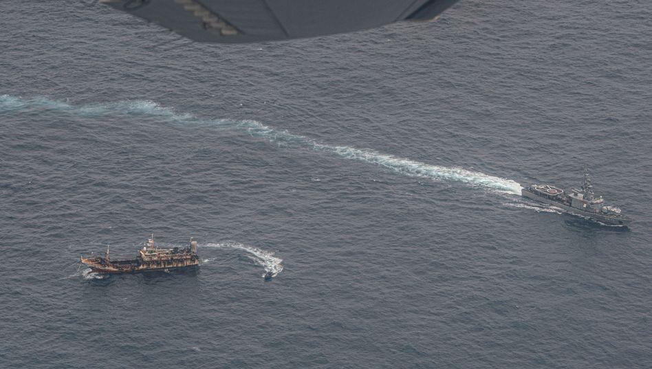 Ein Marineschiff Ecuadors umkreist ein Fischerboot, nachdem eine chinesische Flotte entdeckt wurde
