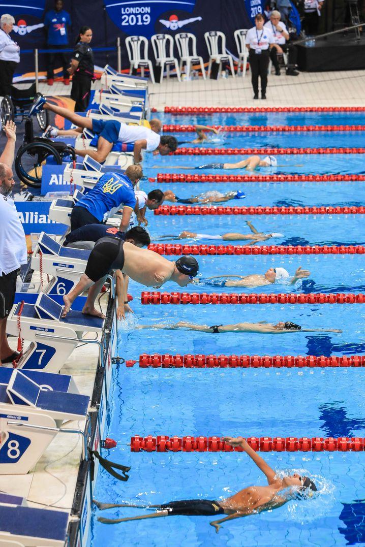 Dynamischer Absprung: Anders als manche Konkurrenten startet Josia vom Startblock aus. Von dort stößt er sich ab, taucht einige Meter unter Wasser und schwimmt dann so schnell, wie er kann. Er benutzt zum Schwimmen vor allem seine Beine und den Oberkörper.