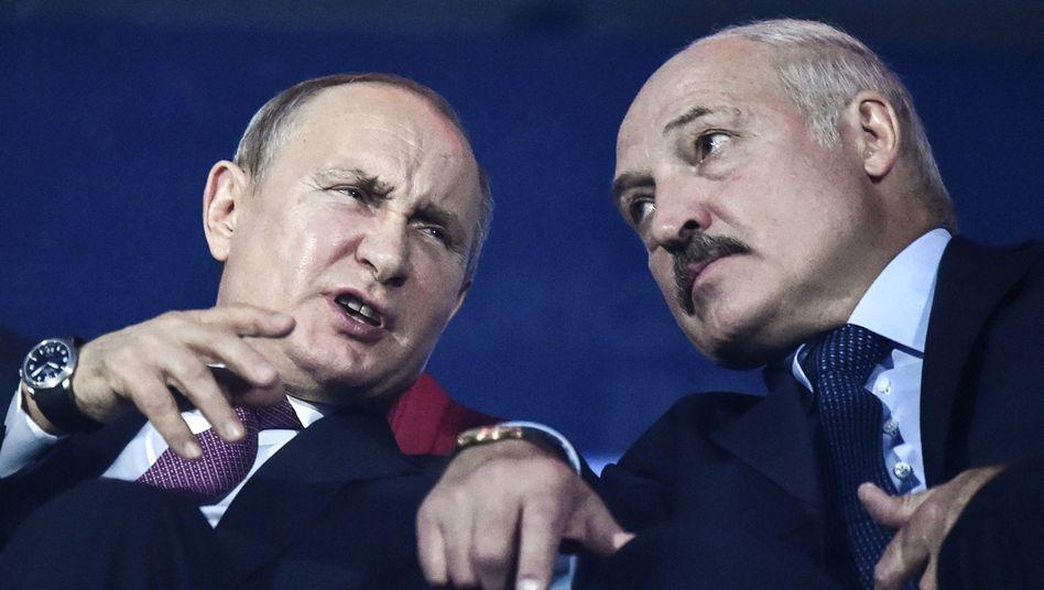Alexander Lukaschenko (r.) mit Wladimir Putin
