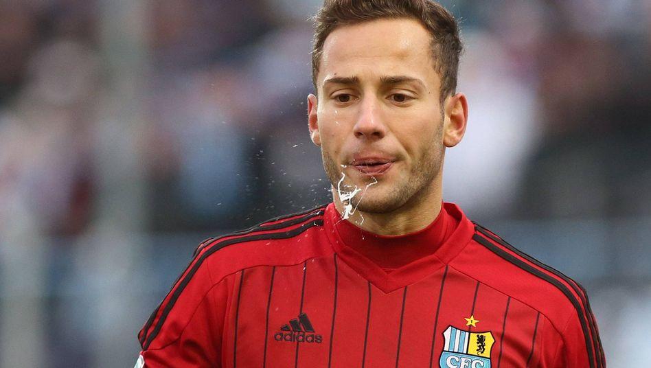 Feuchte Aussprache: Spucken gehört zum Fußball dazu - wie bei diesem Spieler des Chemnitzer FC