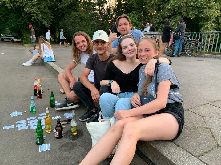Lea Hecht (r.) und ihre Freundin beim Feiern und Kartenspielen