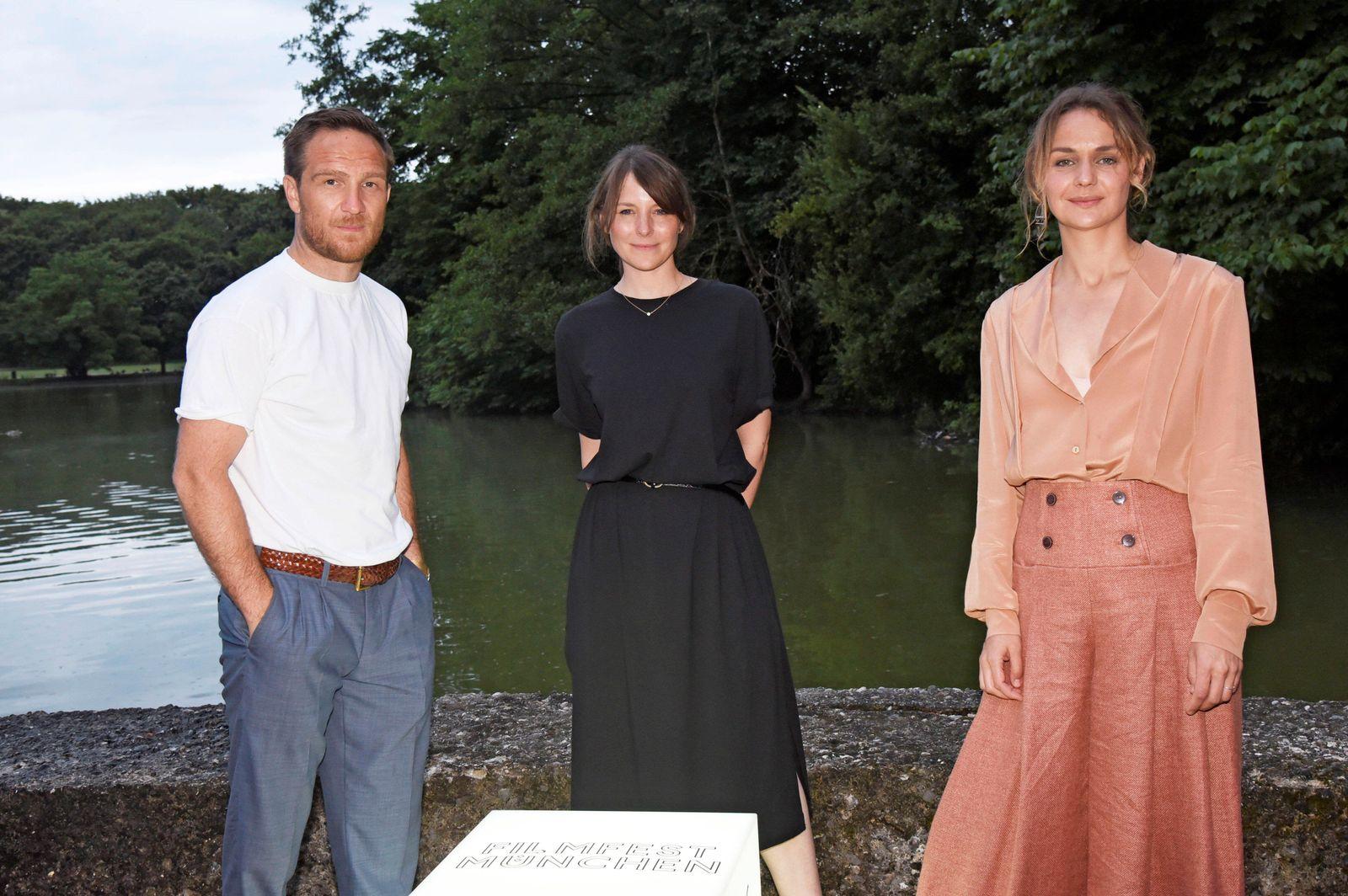 Frederick Lau, Helena Hufnagel und Luise Heyer bei der Premiere des Kinofilms Generation Beziehungsunf?hig auf dem 38.