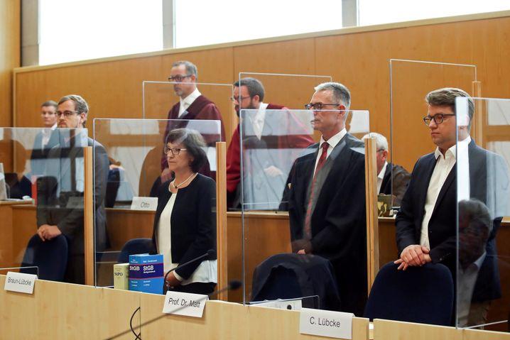 Hinterbliebene Irmgard Braun-Lübcke mit den Söhnen Jan-Hendrik und Christoph sowie Anwalt Holger Matt