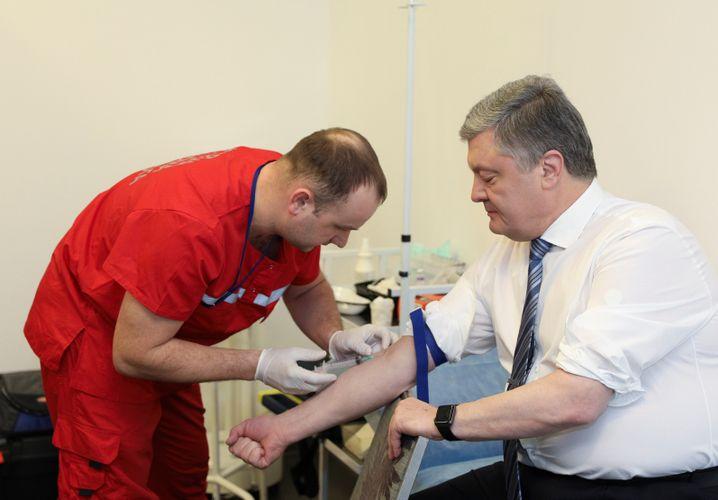 Petro Poroschenko beim Blutabnehmen