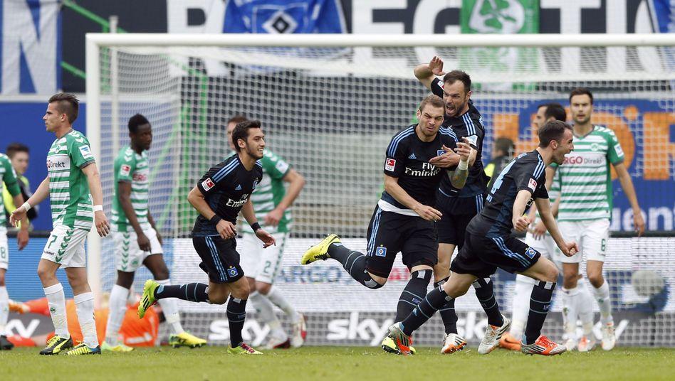 Torschütze Lasogga, jubelnde HSV-Profis: Mit Glück in der Bundesliga geblieben