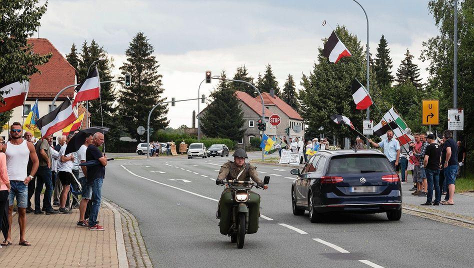 """Protestierende mit nationalistischen Flaggen an der B 96:""""Symbole, die auf Rechtsextreme hinweisen"""""""