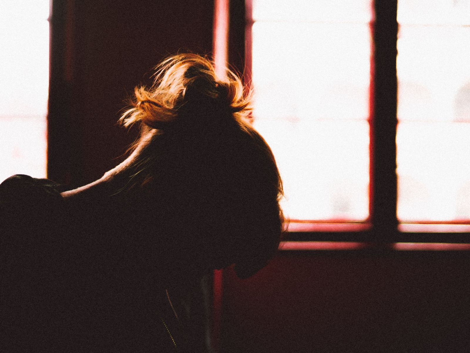 EINMALIGE VERWENDUNG Silhouette Of Depressed Woman EXPIRE 20.11.2023