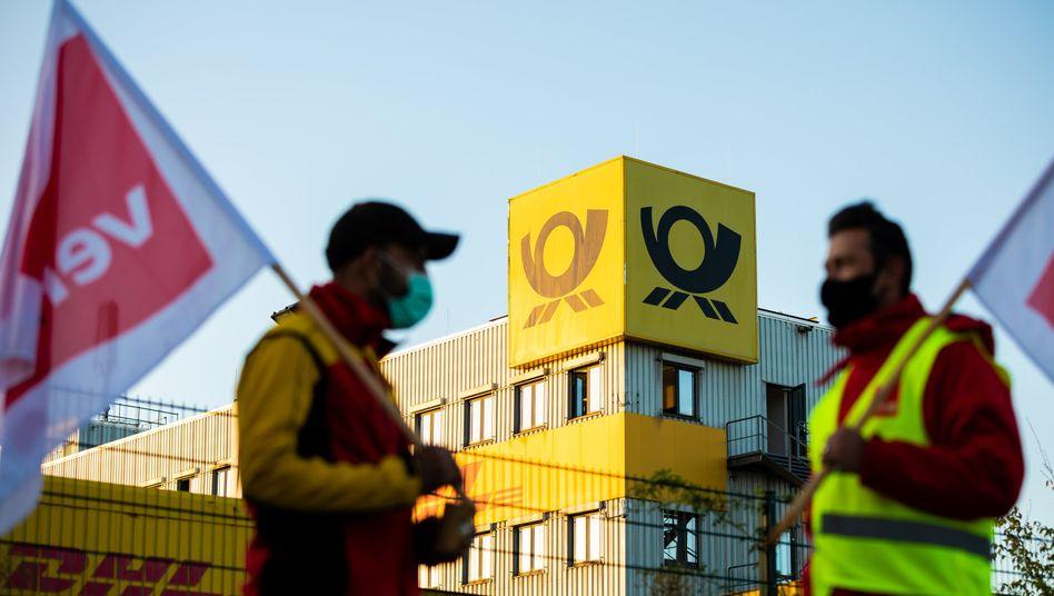 In elf Bundesländern streiken die Postmitarbeiter - so wie hier in Hannover