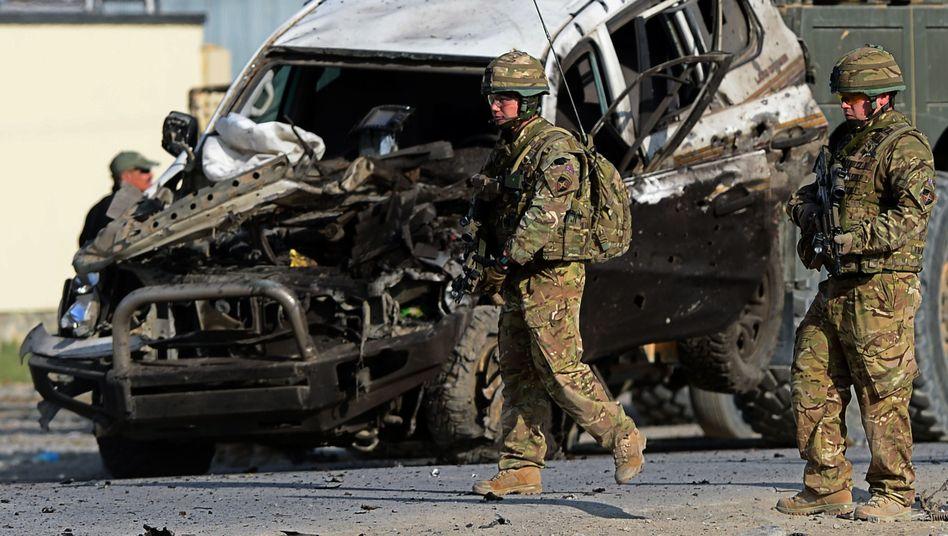 Isaf-Soldaten vor zerstörtem Auto: Ein Toter Zivilist