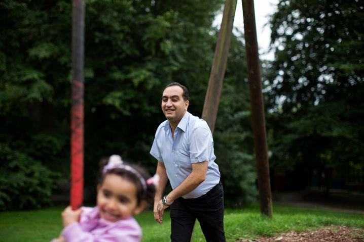 Mohammad J. mit Joudi auf dem Spielplatz