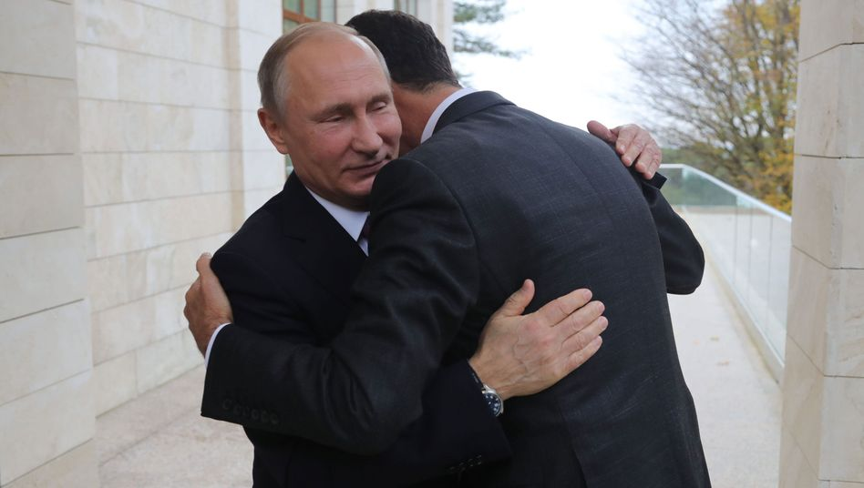 Baschar al-Assad umarmt Wladimir Putin