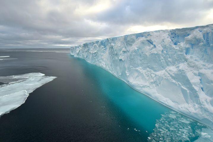 An der Eiskante: Die »Polarstern« kam dem Schelf teils auf bis zu zwei Schiffslängen nahe