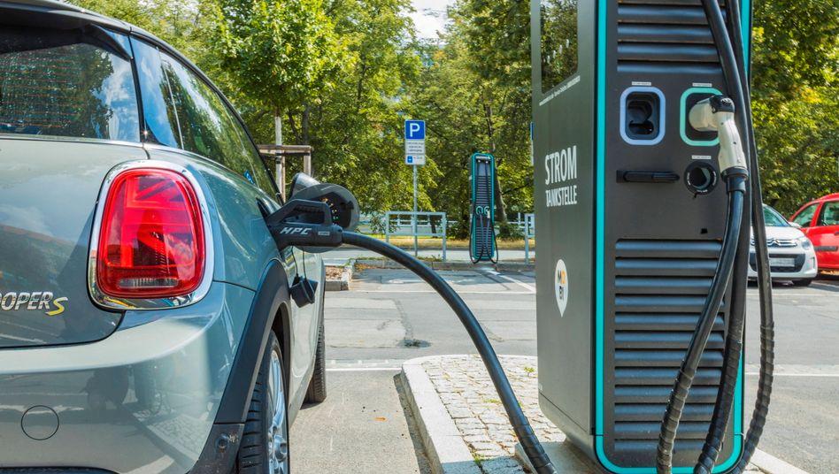 E-Auto an einer Schnellladesäule (Symbolbild): Schnelles Laden soll die Kunden überzeugen