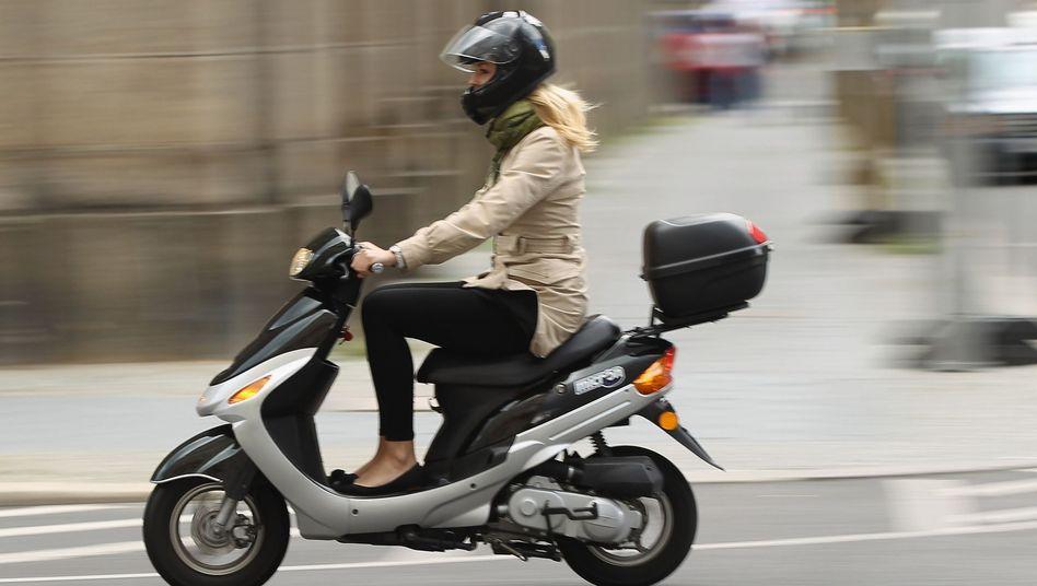 Mopedfahrerin: Modellversuch für Moped-Führerschein mit 15 Jahren