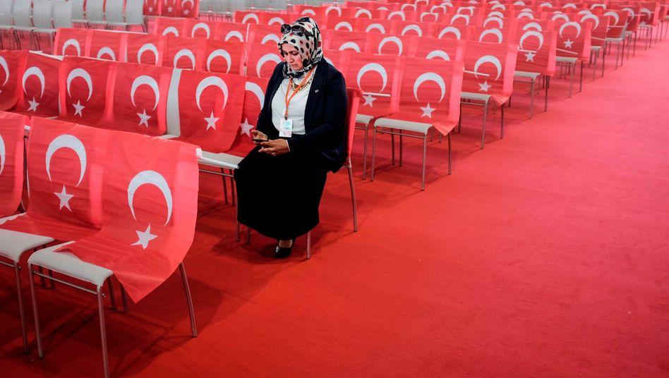 Blick aufs Smartphone: Erdoğan rät seinen Landsleuten, künftig nur noch heimische Messengerdienste zu nutzen (Archivbild)