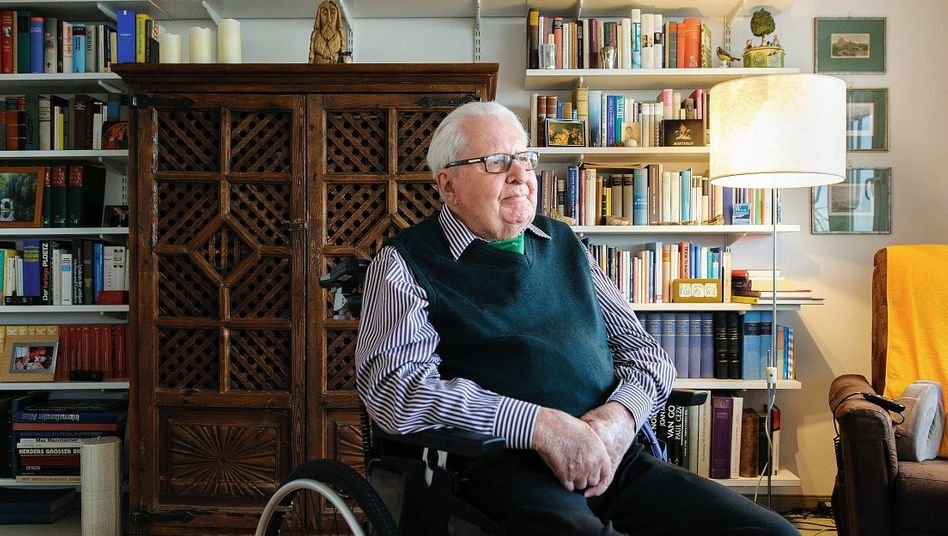 """Former German government minister Hans-Jochen Vogel in his apartment in a retirement home in Munich: """"I've never experienced anything like this before."""""""