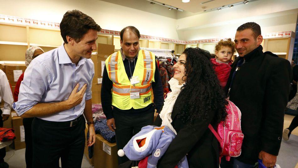 """Premier Trudeau (l.), syrische Flüchtlinge: """"Willkommen in Kanada"""""""