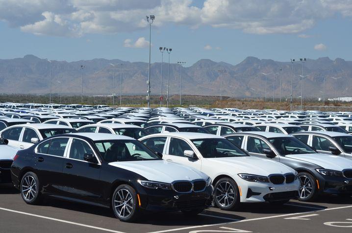 Fahrzeuge vor dem BMW-Werk: Die Modelle für den US-Markt haben einen Reflektor neben dem Kotflügel