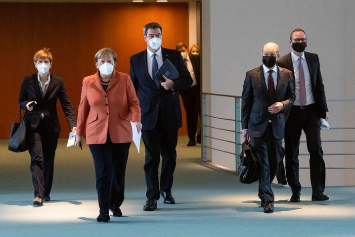 Auf dem Weg zu härteren Maßnahmen: Merkel (2.v.l.), Söder, Scholz und Müller im Kanzleramt