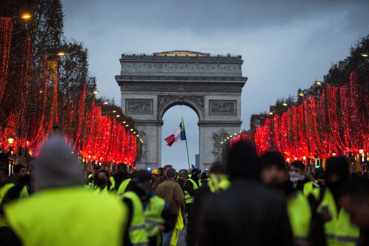 Paris, Demonstranten vor dem Arc de Triomphe