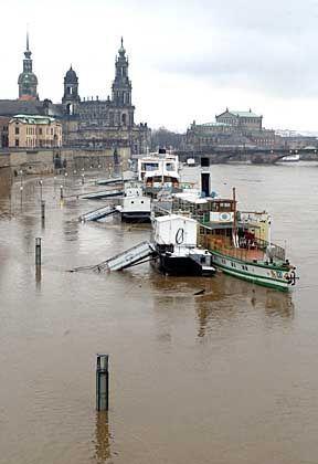 Historische Dampfschiffe in Dresden: Hochwasser-Lage im Osten weiterhin kritisch