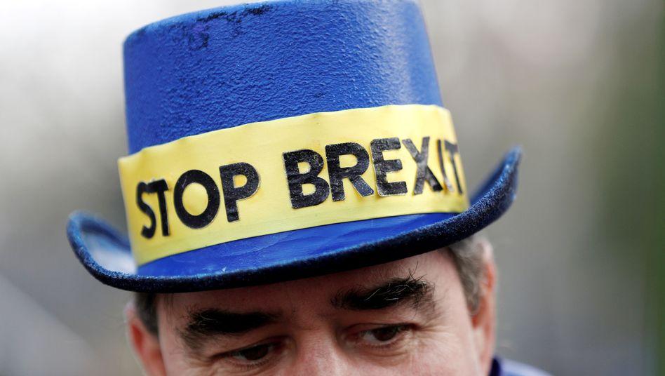 Mann mit Stop-Brexit-Hut