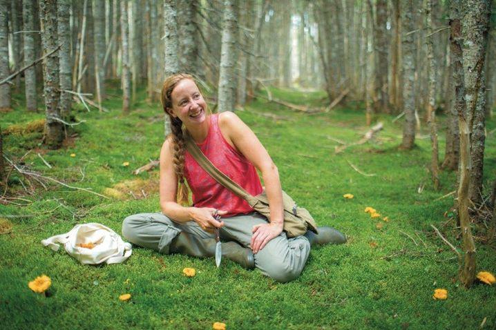 Lori McCarthy führt durch die Natur von Neufundland und Labrador und erklärt Herkunft und Verwendung von Beeren, Blüten und Pilzen.