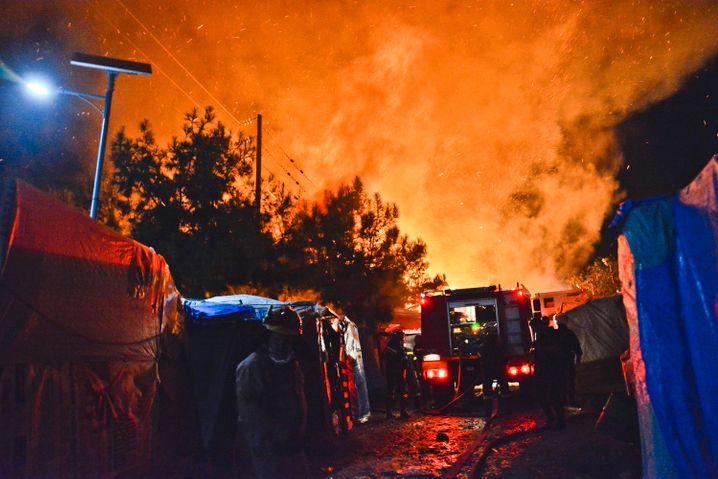 Feuerwehrleute versuchen, eines der Feuer zu löschen, die im Flüchtlingscamp auf Samos ausbrachen (Foto von 2019)