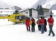 Die Helfer warten auf besseres Wetter, um zur Jamtal-Hütte zu starten