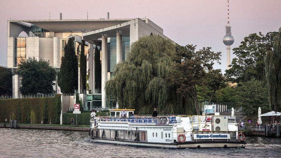 Schiffstour der AfD-Unterstützer vor dem Kanzleramt in Berlin: Wurstbrötchen und Vortrag über Massenmigration