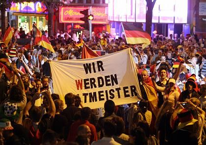 "Fans in Hamburg: ""Elektrisierende Atmosphäre"""