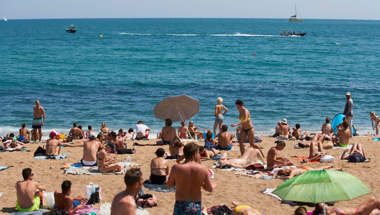 Nachrichten: Barcelonas Polizei hilft Nudisten mit