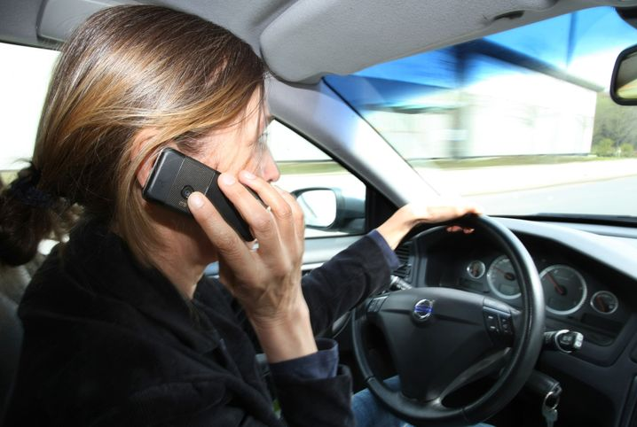 Fahrerin telefoniert am Steuer