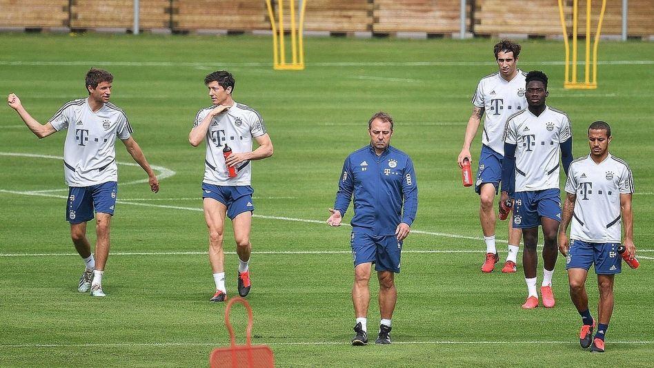 Bayern-Trainer Hansi Flick mit Spielern beim Training
