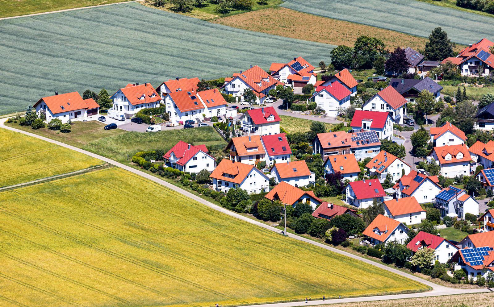 Deutschland, Baden-W¸rttemberg, Bissingen an der Teck, 01.06.2020: Baugebiet mit neuen Einfamilienh?usern in Bissingen a